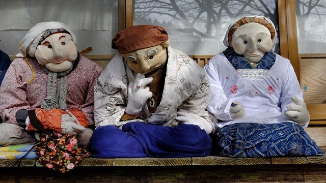 Nagoro-dolls-winter-smoking