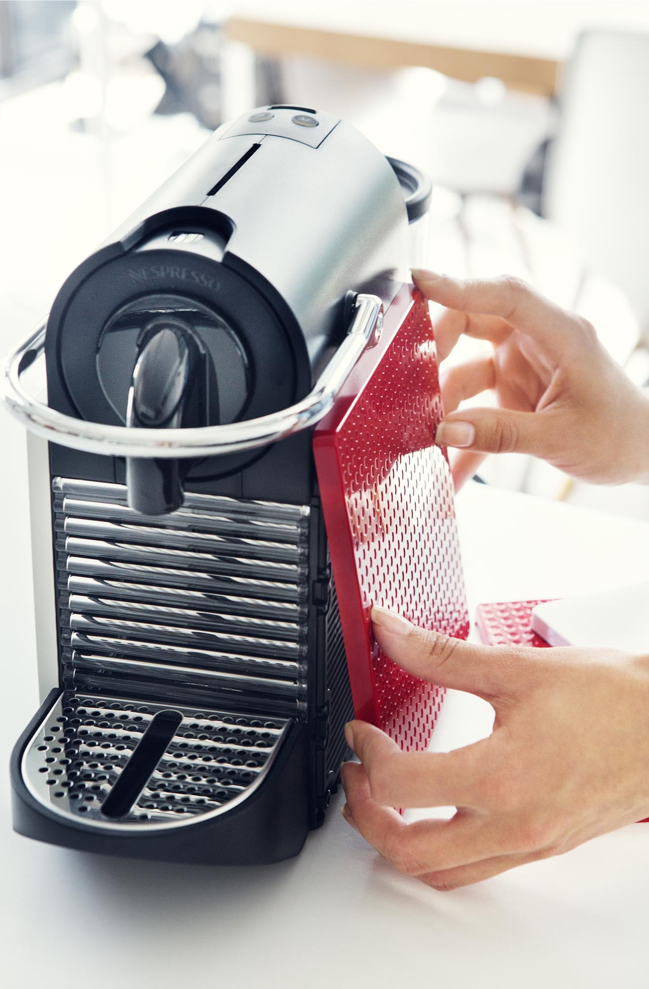 咖啡機都換殻  Nespresso Pixie Clips 學手機?