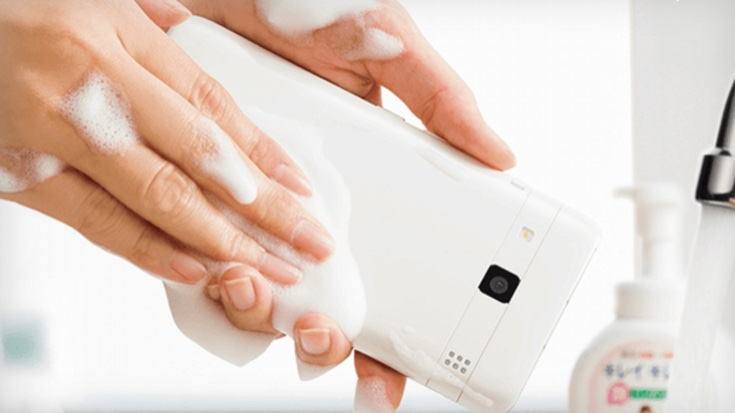 Kyocera 推全球首部 | 可梘液清洗手機 Digno Rafre