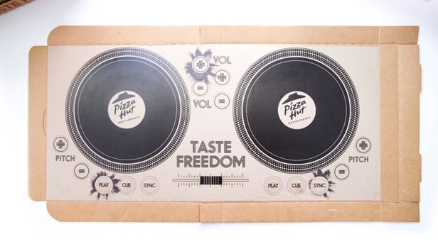 Pizza 盒變 DJ Controller  Pizza Hut 都玩導電墨水變 DJ Pizza Box