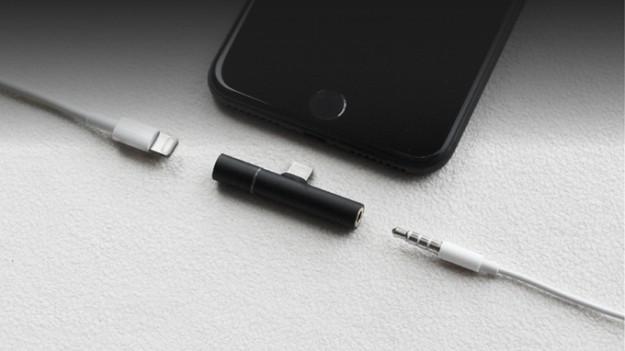 T 字分插  同時為 iPhone 7 / 7 Plus 聽歌充電