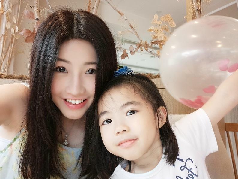美圖手機人工智能自拍功能  新手媽媽與孩子拍照踢走倦容