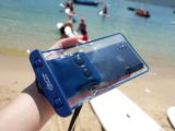 iPhone 都可以潛 50 米水!    Button Pouch 2.0 智能防水袋 iOS / Android 通殺