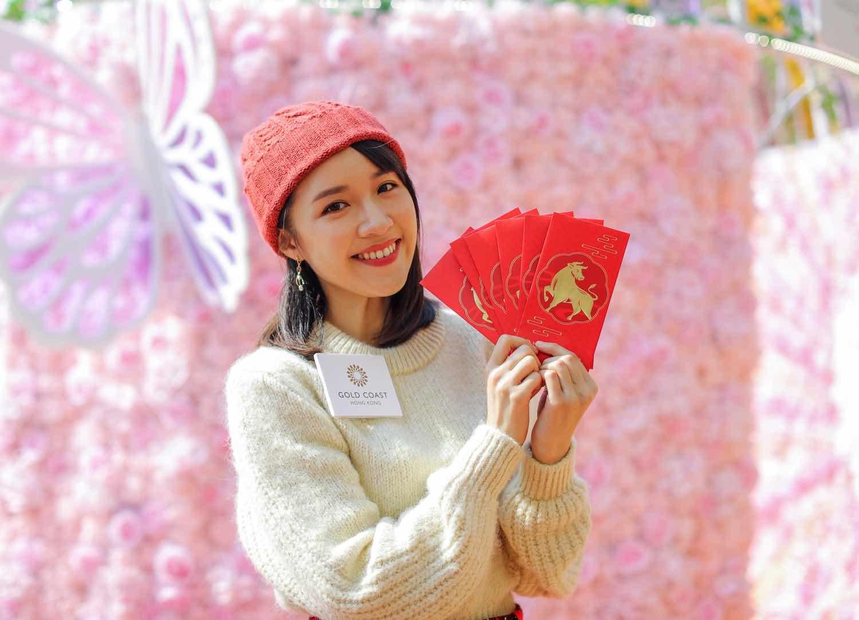 精美燙金配搭奪目鮮紅的新春鴻運金牛利是封 2captivating red packets with an auspicious ox in gold foiling 2